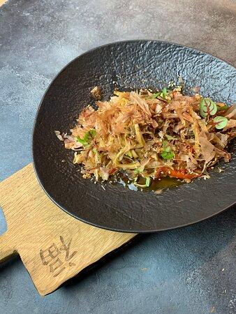 Wok с томленой говядиной, овощами, древесными грибами  и стружкой тунца