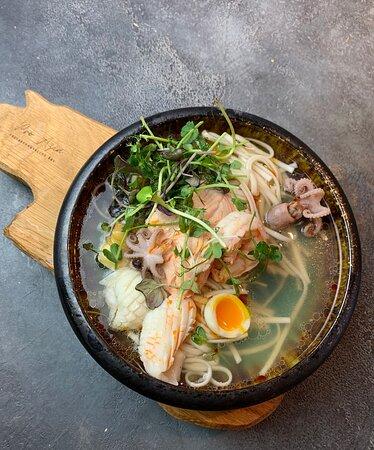 Рамен с морепродуктами, салатом пак-чой и яйцом