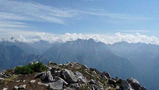 Le montagne della Val Codera e della Valle di Ratti viste dalla cima del Monte Berlinghera sopra Gera Lario (CO)