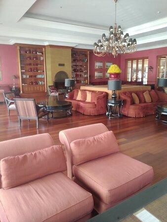 Библиотека,единственное нормальное место в отеле Акка Антедон  но и тут видно что все требует ремонта и замены мебели.