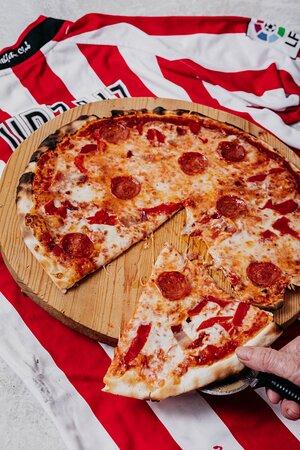 Pizza San Mamés: Tomate, orégano, mozzarella, pimientos del piquillo, bacón, salame peperoni