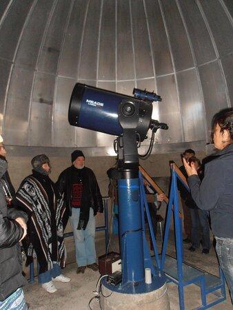 En el interior, recibiendo las instrucciones para usar el telescopio. Observatorio Collawara, Andacollo, Chile.