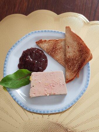 Foie gras maison, pointe de fleur de sel de Guérande, et son chutney.