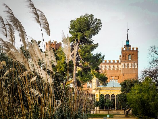 Barcelona is a family-friendly city. There are many options for children to participate in cultural activities while having fun at the same time. In the background, the castle of the 3 dragons in the Ciutadella park. 🎠