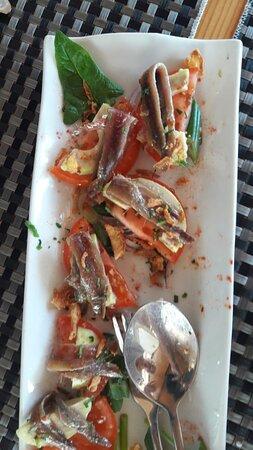 Entrée-ensalada de tomates con anchoas y avocados, Genial