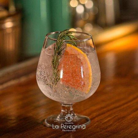¡Olvídate del calor con nuestro refrescante #Gin y todo nuestro menú de coctelería! Te esperamos esta tarde en #LaPeregrina 🍹 Reservaciones 📞 612 1381324