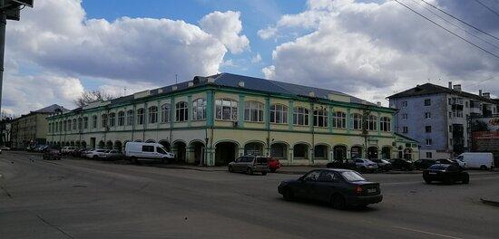 Mtsensk, Russia: Торговые ряды Мценска. Построены во второй половине 19 века, а верхний этаж - надстроен в 1960 году.