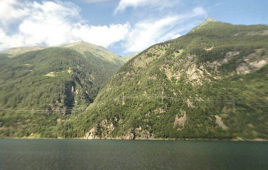 Le Prese, Schweiz: the lake's wild eastern side