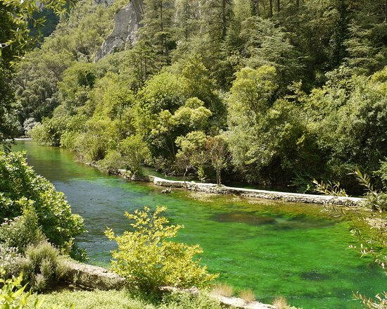 Frankrijk: The emerald river Sourge flows trough the town of L 'Isle-sur-la Sourge. It is located about 20 km to the east from Avignon in the Provence-Alpes-Cote d 'Azur