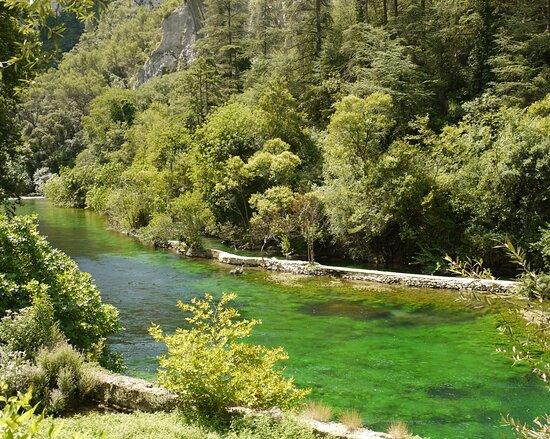 فرنسا: The emerald river Sourge flows trough the town of L 'Isle-sur-la Sourge. It is located about 20 km to the east from Avignon in the Provence-Alpes-Cote d 'Azur
