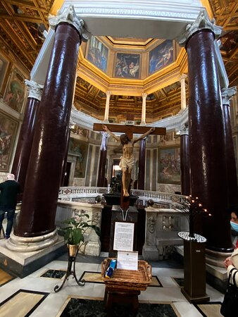The columns support an octagonal entablature, which is 'spolia' from an ancient building. The entablature supports eight light grey marble Corinthian columns, which in turn support the wooden dome entablature. It is thought that these columns are 17th century replacements.