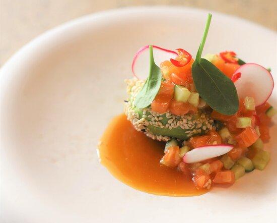 Тартар из лосося на половине авокадо