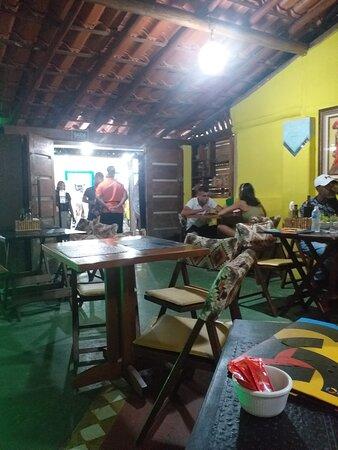 Em PRAIA DO FORTE , um espaço ALTERNATIVO, RÚSTICO, CASUAL com DELICIOSAS REFEIÇÕES, principalmente as que acompanham  FRUTOS DO MAR. Lembra e estiliza as antigas casas de pescadores desta antiga vila de pescadores.