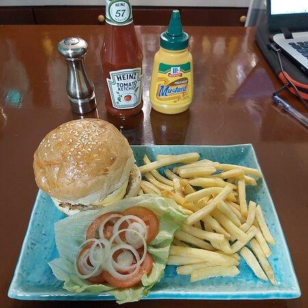 Cheeseburger, 170 grams of 100% pure beef