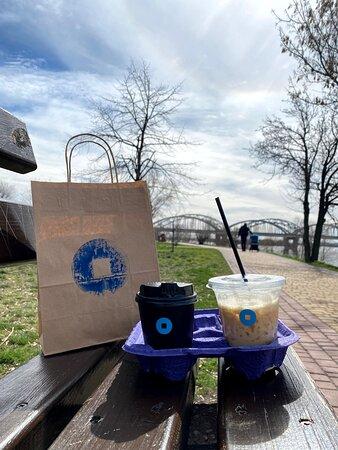 Пока локдаун можно взять кофе с собой и прогуляться по Днепровской набережной