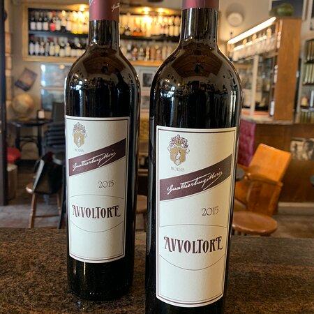 """Il Maremma Toscana IGT """"Avvoltore"""" di Morisfarms è un vino elegante, complesso, caratterizzato da un corpo morbido e intenso. Il tannino potente ripulisce bene il palato da piatti a base di carne, specialmente se in umido, o anche formaggi invecchiati e saporiti."""