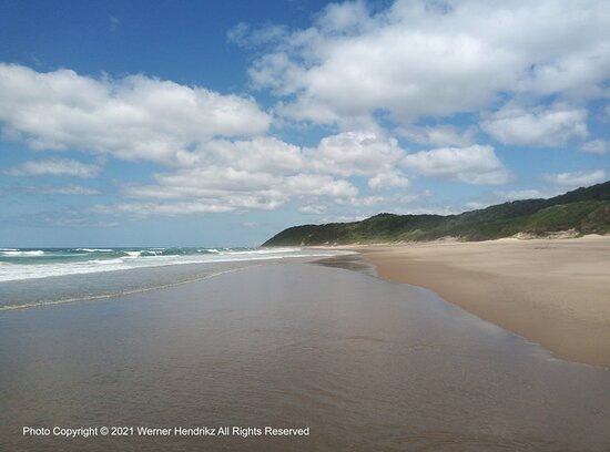 iSimangaliso Wetland Park, Sudáfrica: Thonga Beach Lodge, to the right of the photo on the edge of the beach. April 2021.