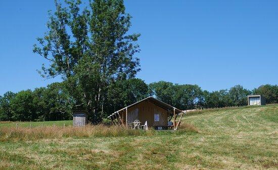 Chastreix, France: L'une de nos 2 tentes lodges, disponibles de juin à septembre! Cabane toilette sèche, accès sanitaires communs, pas d'eau ni électricité mais de vrais lits et...la vue!
