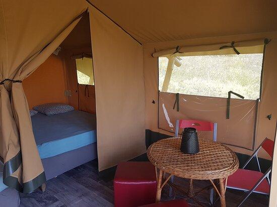 Chastreix, France: Intérieur de la tente lodge, 2 chambres et un coin salon