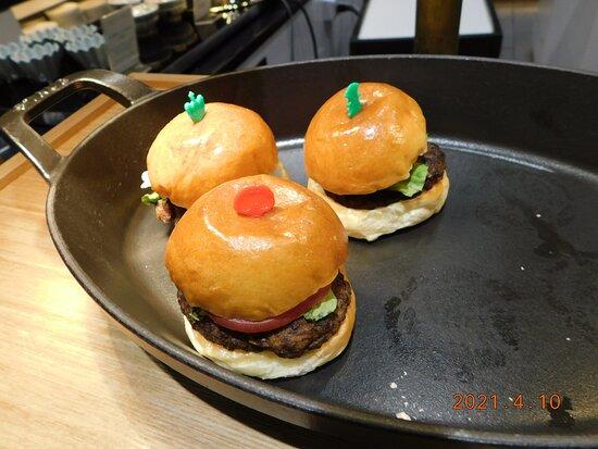朝食 一例(直径5cm程度の ミニサイズ ハンバーガー)
