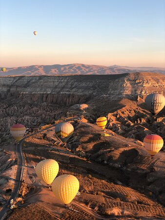 Kappadokien, Türkei: Hot air balloon ride in Cappadocia, one of the best morning in my life! Breathtaking views of Goreme national Park, amazing nature, and surreal sunrise.