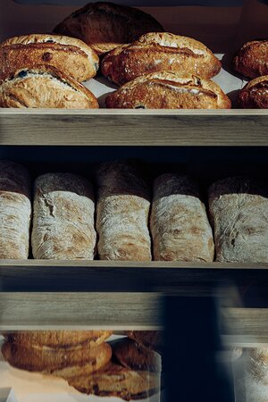 В нашей команде работают профессиональные пекари, которые годами совершенствовали навыки создания хлеба.
