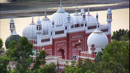 Chiniot city is situated in centre of Punjab province  on the bank of Chinab River in Faislabad (Manchester of Pakistan) division.