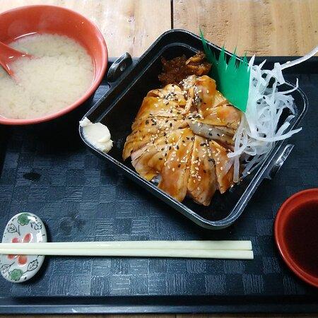 宏洋酢壽司公告:  宏洋酢壽司,主廚我獻上: 最新鮭魚類丼飯照 (炙燒鮭魚) (生鮮鮭魚) #壽司 #丼飯 #三重 #日本 #日本料理 #串燒 #御飯糰