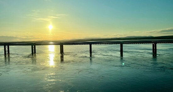 Always a stunning sunset 🌅 view over the Montrose Basin & rail-bridge from the Montrose New Bridge.