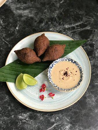 Kibbe Empanaditas persas de carne y trigo burgol rellenas de carne, hierbabuena y almendras con salsa de ajo.