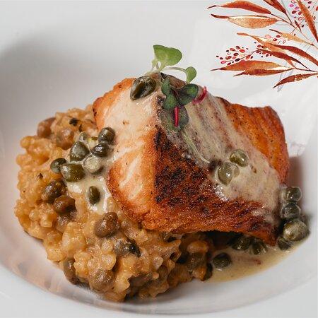 Prueba una de las especialidades de nuestro chef - Filete de Salmón con un delicioso risotto. ✨