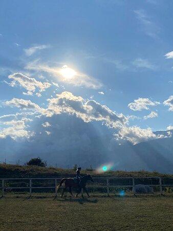Sono stata in questo luogo durate l'estate scorsa  per trascorrere una giornata in compagnia. Ho fatto un giro a cavallo in campo non essendo esperta, è stata un'esperienza unica soprattutto per chi come me ama gli animali e la natura. Consiglio vivamente quest'avventura poiché adatta a tutte le età! 😍