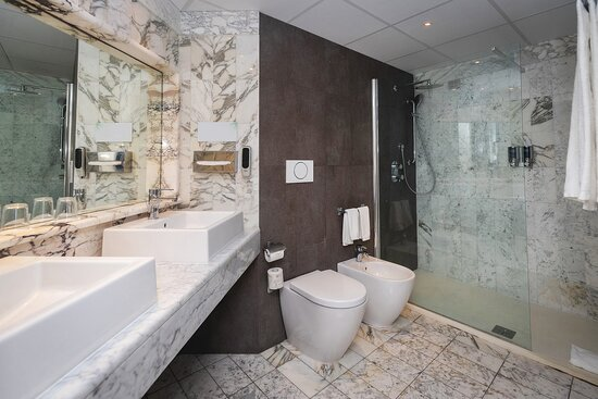 Diplomatic Suite Bathroom
