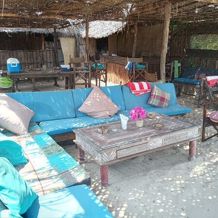 Manda Island, Kenia: Beautiful sunsets and campfire daily on a pristine beach. Great bar with music and fresh seafood.
