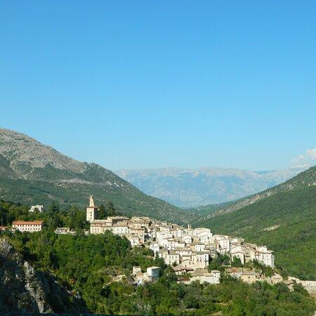 Abruzzo: il grazioso borgo di Anversa degli Abruzzi visto dalla panoramica strada regionale 479.