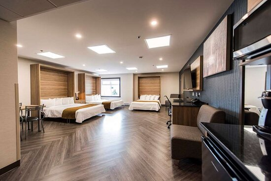 Guest room with three beds