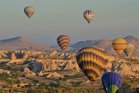 Kappadokien, Türkei: Mongolfiere di primo mattino sulla Cappadocia - Turchia centrale.  Cliccare sulla foto per vederla come scattata.