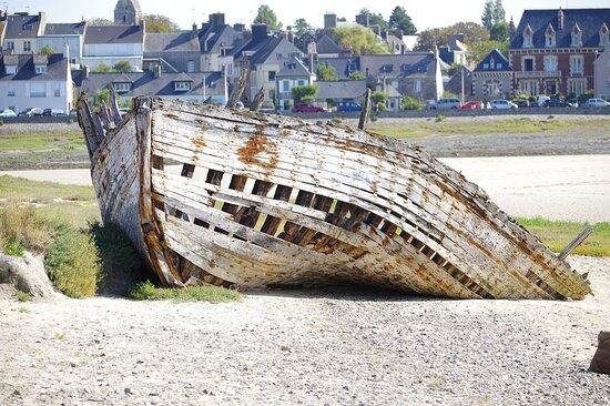 Port-Bail, Γαλλία: porbail en terre et mer, un vieux bateau sur la greve