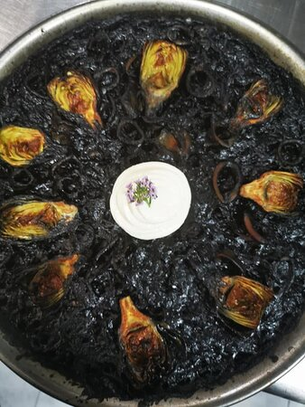 Arroz negro con chipirones y alcachofas