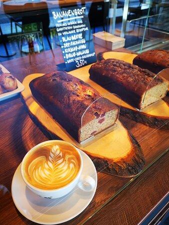 Große Auswahl an Kaffeespezialitäten und leckere Bananenbrote verschiedener Sorten.