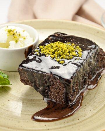 Райська насолода — це про Шоколадний кекс. Подаємо з фісташками та кулькою ванільного морозива. Прекрасне завершення будь-якої трапези.  📲093 000 22 02