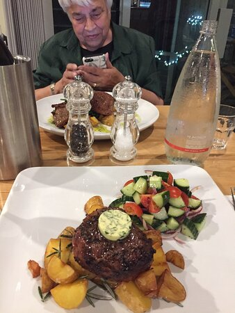 Gipsy Point, Úc: Fillet Mignon with Rosemary Potatoes and fresh Salad.