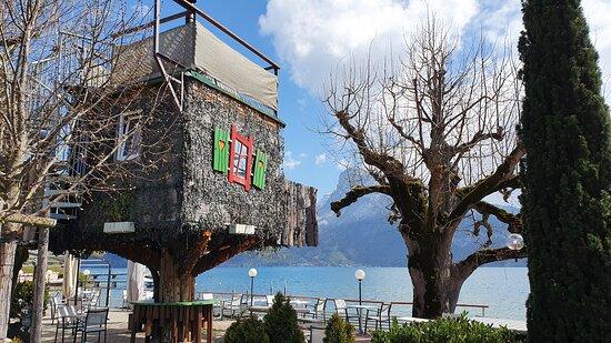 Faulensee, Schweiz: Das Baumhaus mit Wirlpool.