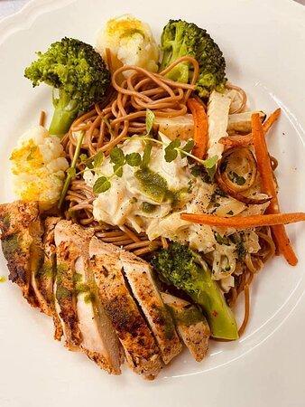 Makaron serwowany z piersią z kurczaka przygotowywaną metodą sous vide oraz chrupiącymi warzywami z dodatkiem sosu śmietanowo cebulowego