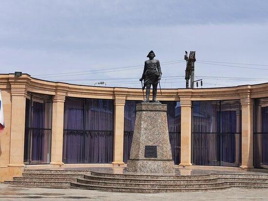 Derbent, Russia: Пётр в традиционной треуголке.