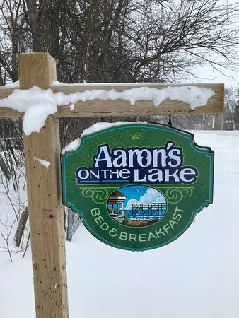 The sign by Gimli Road leading to the car park