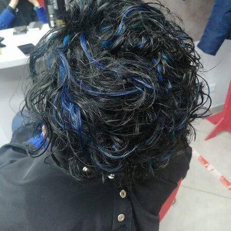𝗠𝗲𝗰𝗵𝗲𝘀 𝗕𝗹𝘂𝗲 🔵 𝘀𝘂 𝗰𝗮𝗽𝗲𝗹𝗹𝗶 𝗡𝗲𝗿𝗶 ⚫ Una scelta originale che non fa passare inosservati 😉 Solo un parrucchiere d'eccellenza riesce a realizzare risultati di questo spessore  🌐 www.tocchidibellezza.com
