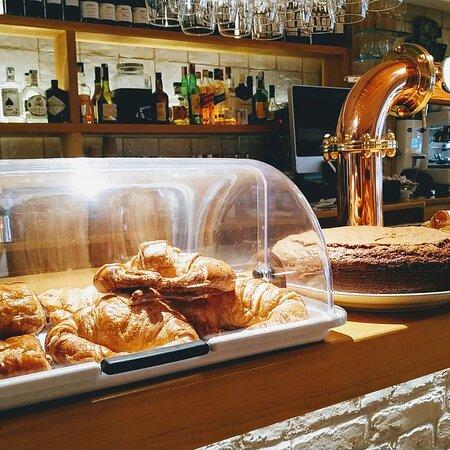 Potes, Spain: Tortillas recién preparadas  Ricos bizcochos caseros  Bollería fresca  Zumos natural Rico y cremoso cafe