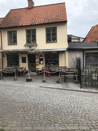 I den här mysiga huset på nedre plan finns Bakfickan Fisk- & skaldjursrestaurang på Stora Torget i hjärtat av Visby