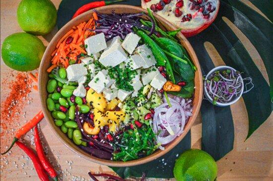 POKE BOWL TOFU   Tofu, quinoa, mangue, avocat, concombre, carottes, choux rouge, betterave rose, oignons, algues, graines de sésame, sauce poke (avec coriandre)